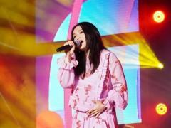 徐佳莹挺六月肚嗨唱音乐节 自备「避震系统」